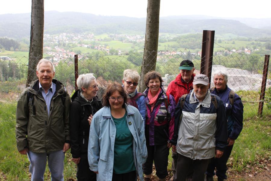 Rast oberhalb Steinbruch Sonderbach mit OWK-Wanderfuehrerin Friederike Preuß (3. v. l.)